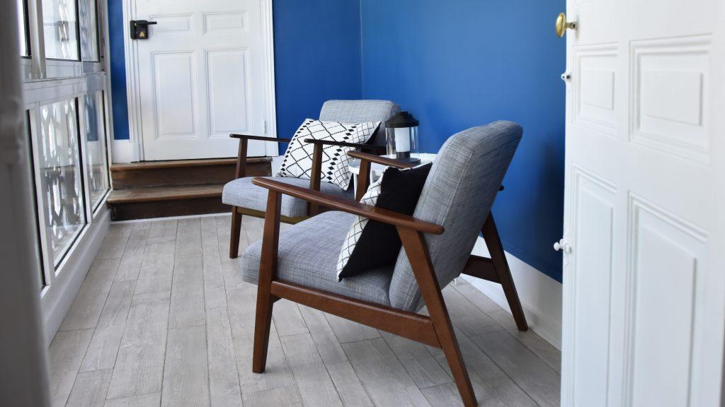 Profitez d'un endroit privilégié, équipé de deux fauteuils, d'une table